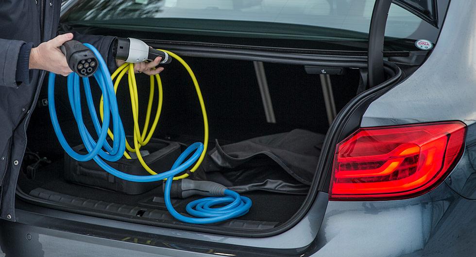 En del av krånglet med att äga elbil. Att ordna praktisk förvaring av laddsladdar återstår för biltillverkarna.