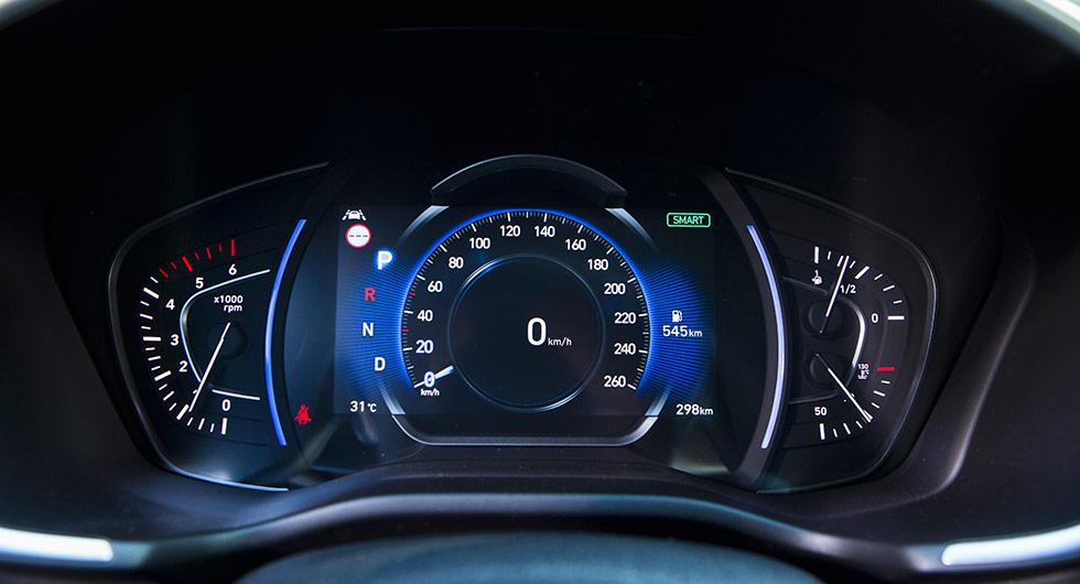 """Digitalt möter analogt. Hastighetsmätaren och """"ljusparentesen"""" växlar färg beroende på körläge. Varvräknare och temperatur- och bränslemätare är analoga."""