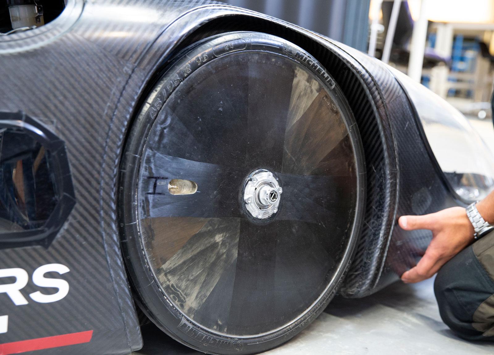 Omönstrade specialdäck pumpade till bristningsgränsen (6,7 bar) rullar extra långt.