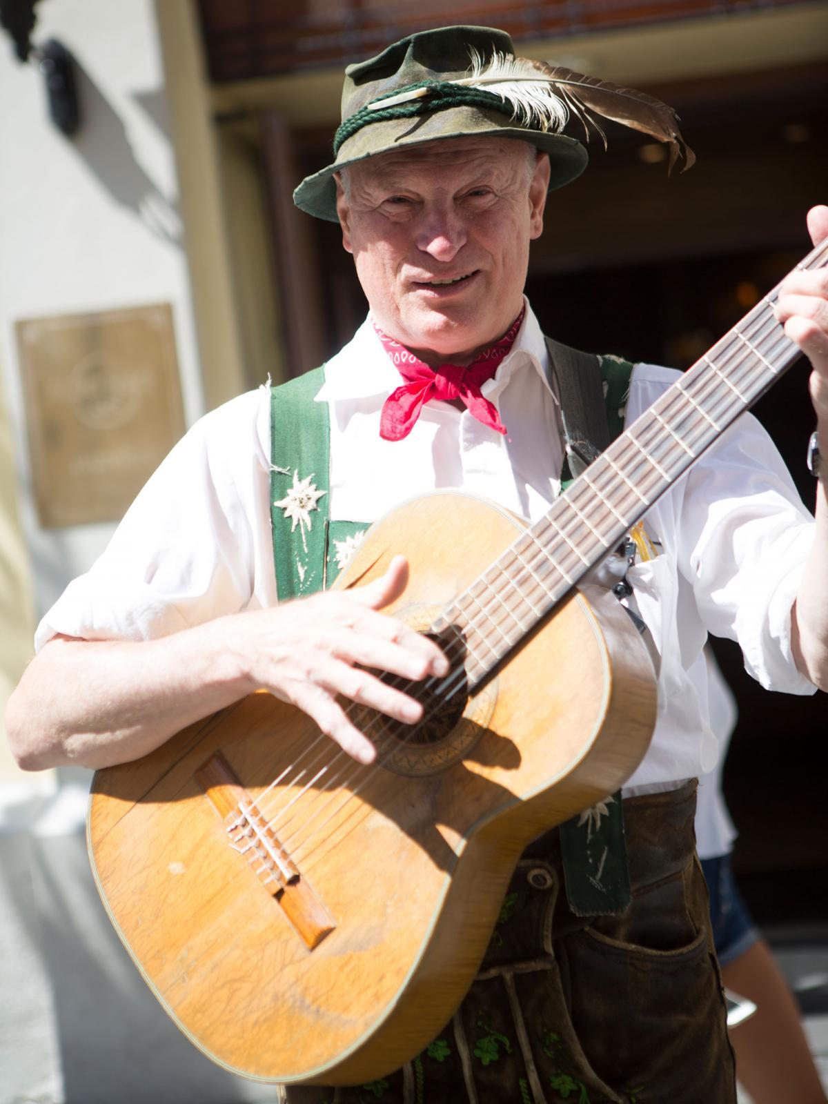 Musiken är ständigt närvarande i staden. På restauranger och barer finns ofta möjlighet att höra levande musik.