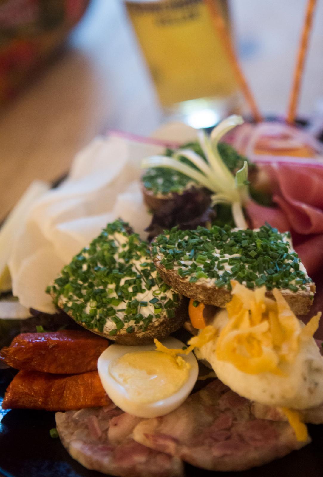 Maten är ofta traditionell och bastant, som här på ett traditionellt värdshus, men många samtida restauranger lockar också matentusiasten.