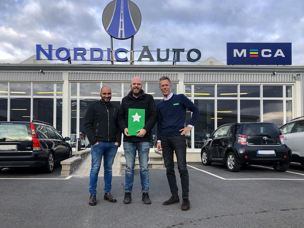 Nima Forooghi och Markus Andersson på Nordic Auto i Göteborg tar emot diplom av Lasingoos vd Gustaf Hesselman, efter att ha fått högst kundbetyg för andra året i rad.