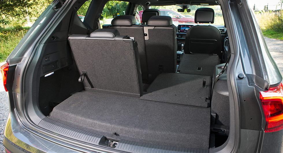 """Den tredje radens stroppar för att fälla upp de bakre stolarna är lite kortare och med det minskar risken för att de ska ställa till bekymmer vid lastning av bagage-utrymmet. Den upphöjda bagagerumsdelen kan vändas och blir då ett """"tråg"""" som ger lite mer lastvolym."""