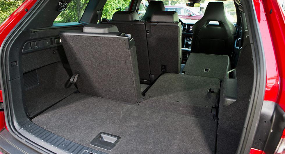 Likt i Hyundai saknas inre lasttröskel. Vänder man lastrumsgolvet blir det en plastinklädd yta för höstleriga stövlar och annat. Ej synligt i bild är att knappen till utfällning av dragkrok sitter på höger sida i Skoda, till vänster i Seat.