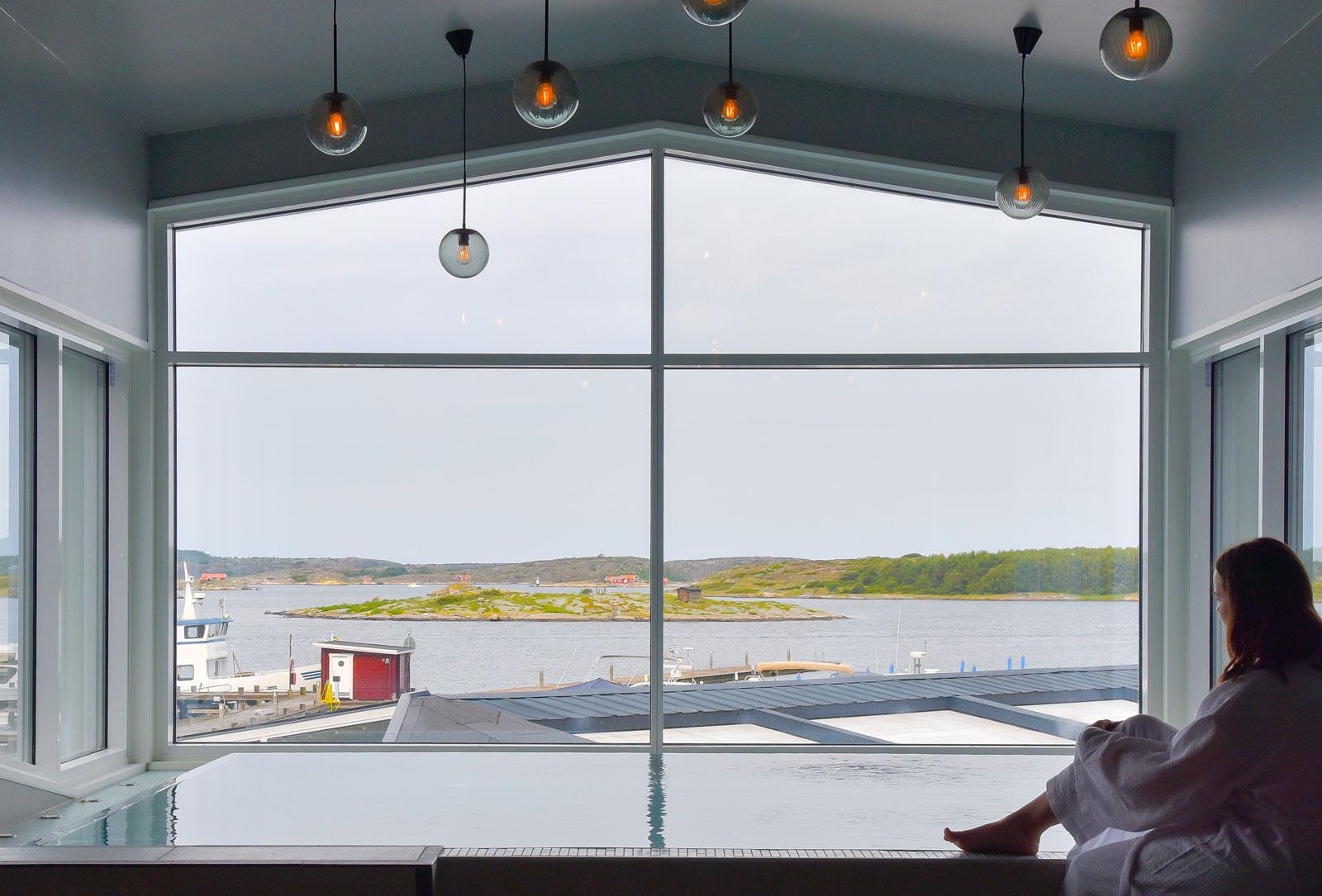 Efter en aktiv dag är det extra njutbart med lugnet i SPA och utsikten över hamnen vid TanumStrand.