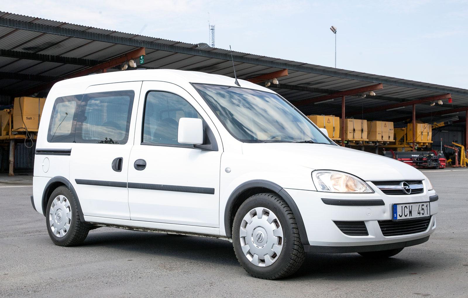 Fräsch utvändigt och fullt fungerande men med stora rostblaffor på gastankarna. Lennart Kjell, fordonsansvarig på Jönköpings kommun, lutar åt att sälja Opel Combon från 2009 som skrot.