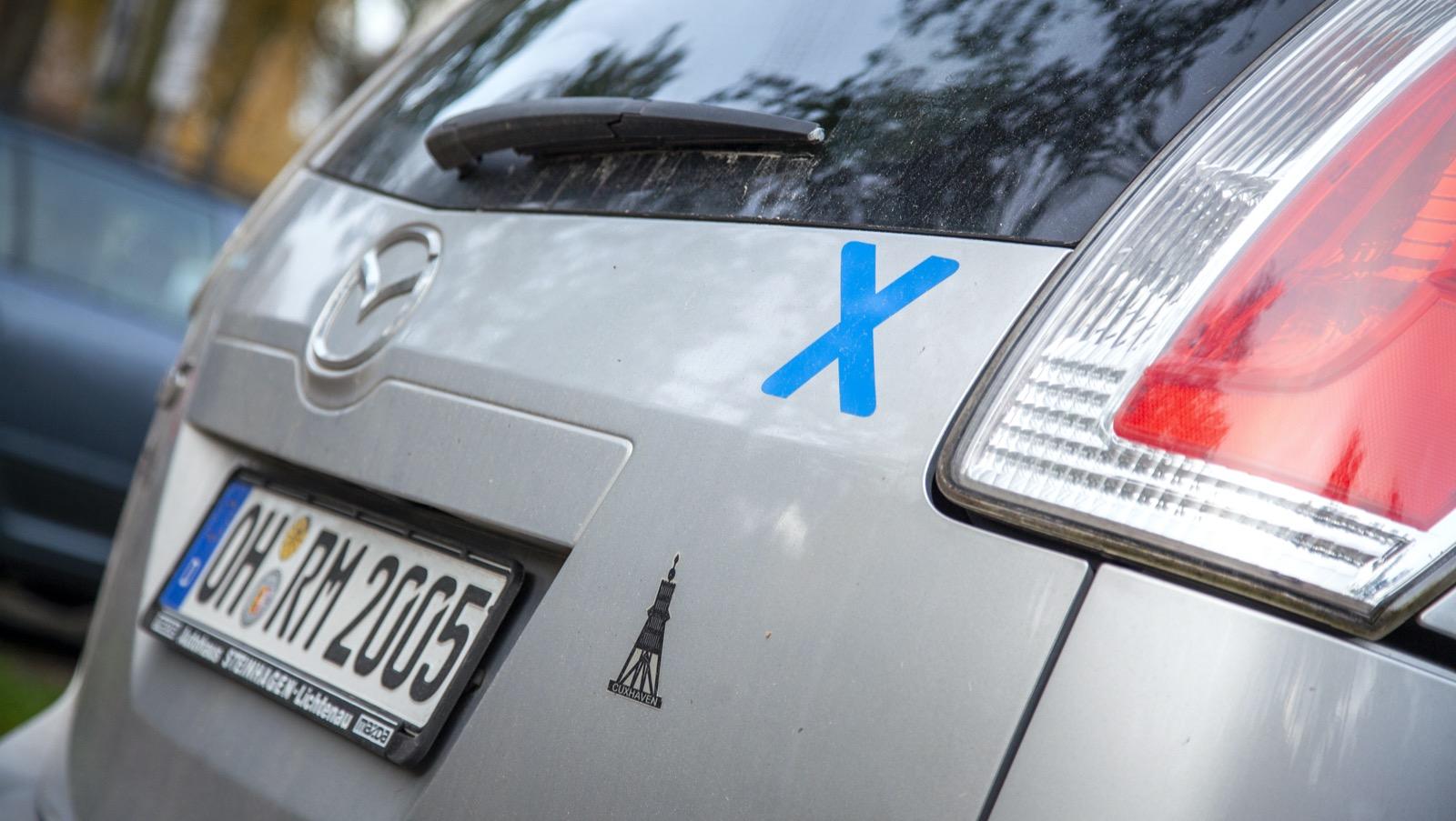 Det blå korset är tunnelmotståndarnas symbol. På den tyska ön Fehmarn syns korset vid hus och på många bilar.