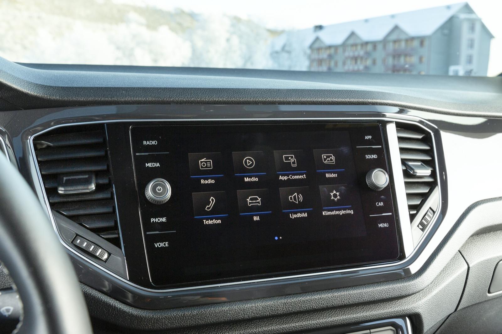 Volkswagen: Tydligt och lättbegripligt. Testlaget uppskattar fysiskt volymvred och möjligheten att använda det högra vredet till manuell radiofrekvens och liknande funktioner. Bra.