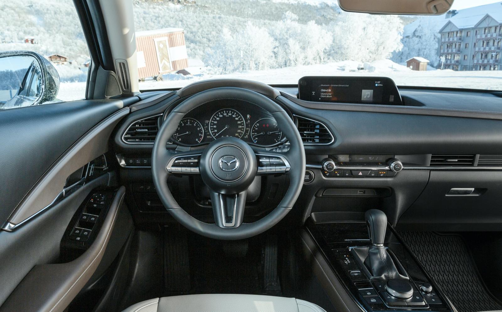 Mazda: Avskalat sobert. Mjuka material runt förarmiljön, men i baksätet gäller hårdplast på dörrsidorna. Förvaringsfack för telefon framför växelväljaren.