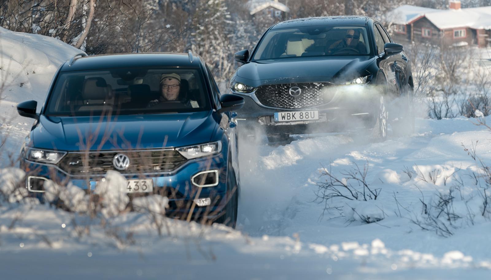 Tänndalen: T-Roc leder vägen upp för Svansjökläppsvägen. Några hundra meter upp slutar vägen vid en parkering för fjällvandrare. Årstiderna avgör när vägen är farbar. Testlaget mötte ungefär 15 centimeter snö, men bitvis var snötäcket betydligt djupare. Se bilder 1–3 på nästa sida.