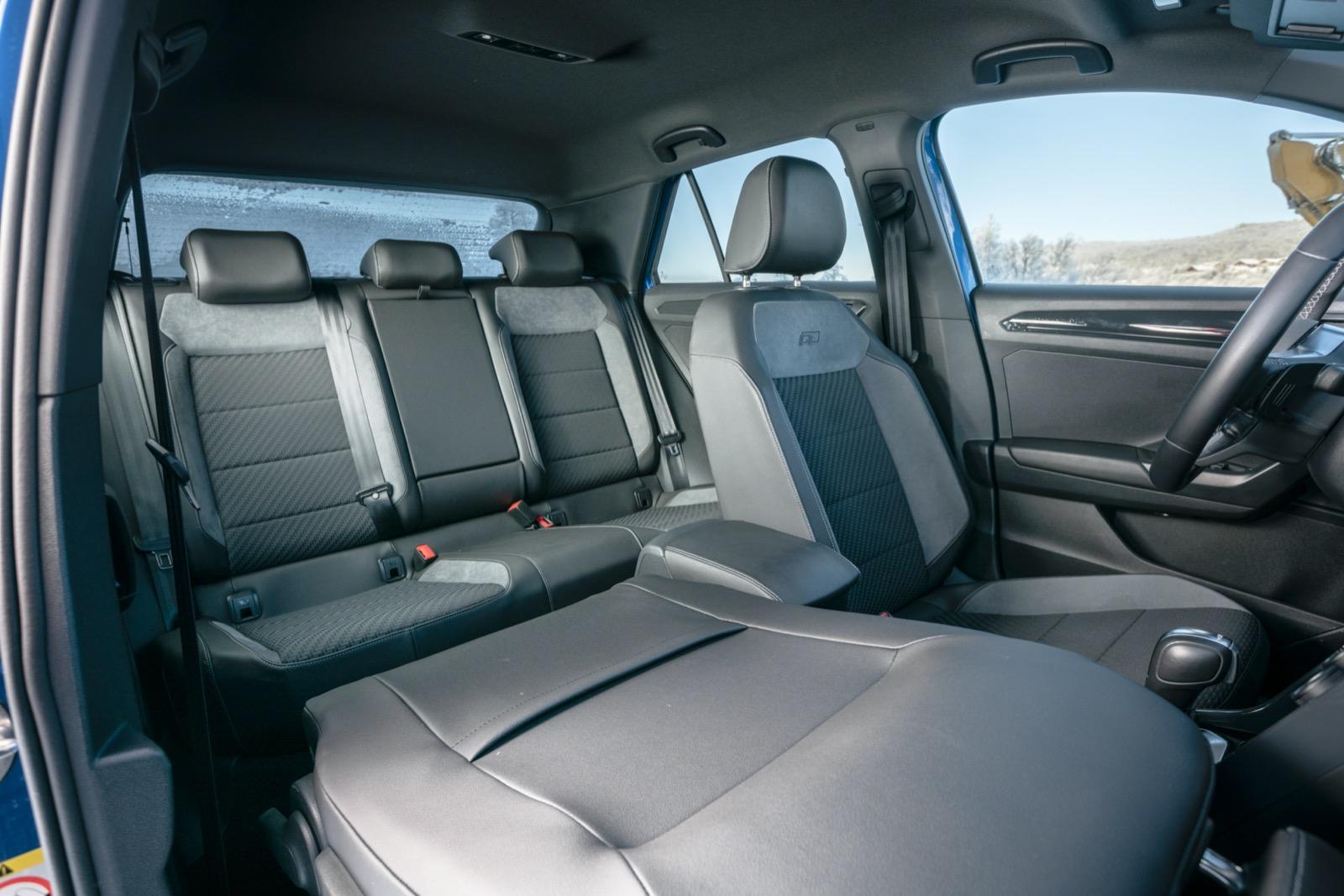Volkswagen: Passagerarsolen går att vika fram, det gör det lätt att lasta långa föremål. Likt konkurrenterna ställbara bältesfästen fram. Mittarmstödet fram går trögt, men kan justeras i både längd och höjd. Under armstödet finns ett litet förvaringsutrymme lämpligt för en större tablettask eller två.