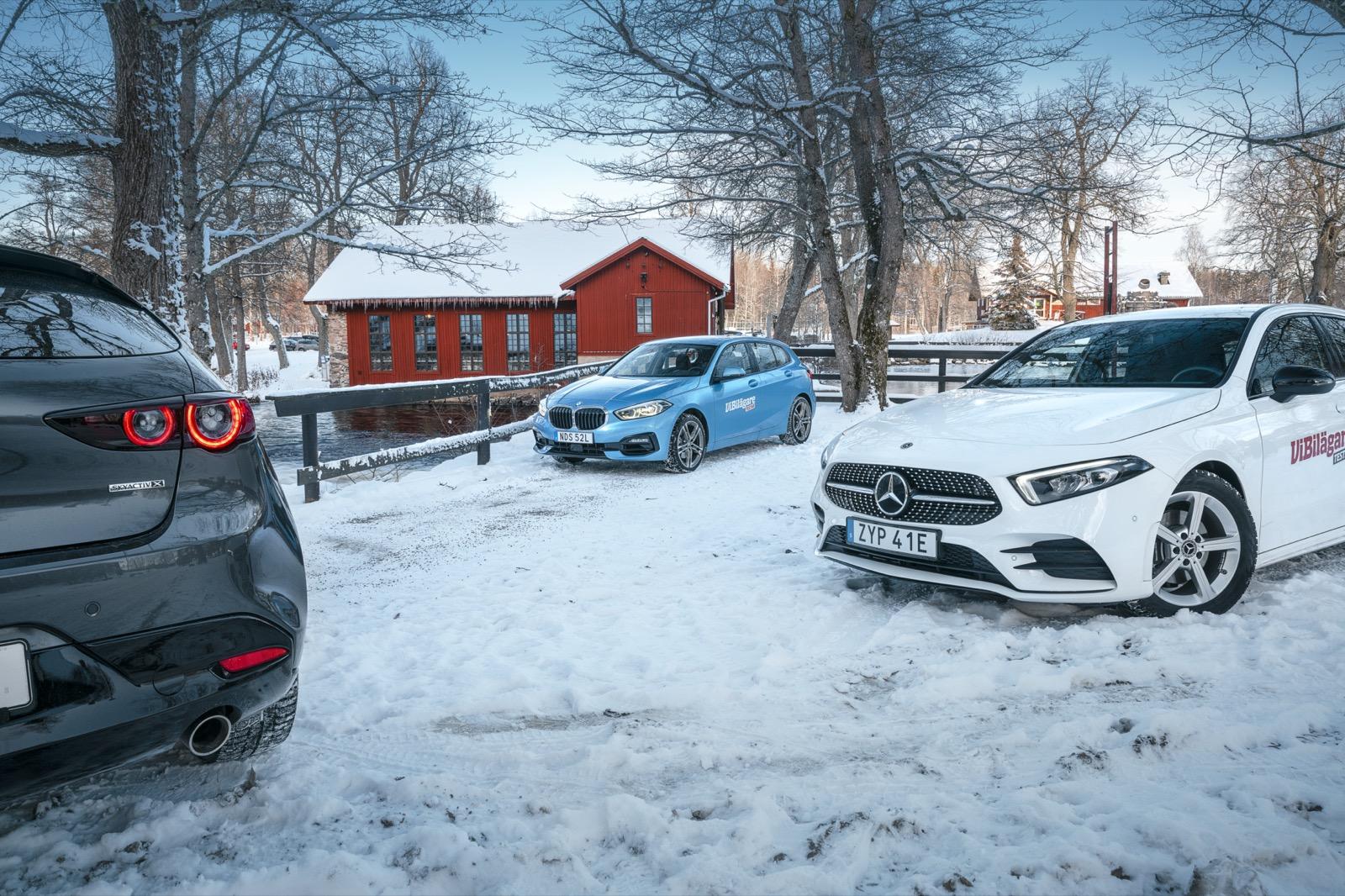 Samling vid Högbo Bruks glashytta. Med blott 1,3 liter har Mercedes A200 den minsta motor-volymen – trots en cylinder mer än BMW 118i.