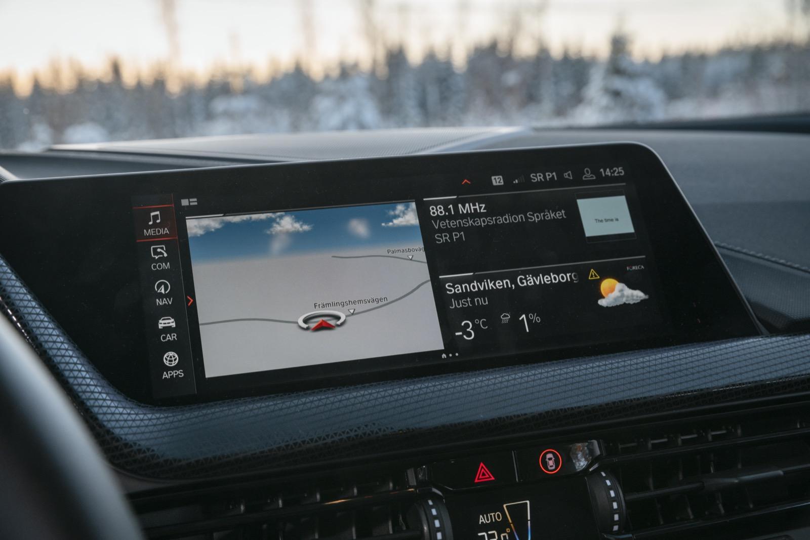 BMW har massor av undermenyer med allsköns typer av information. Geststyrning finns som tillval. Trådlösa uppdateringar utan att behöva vänta till service.