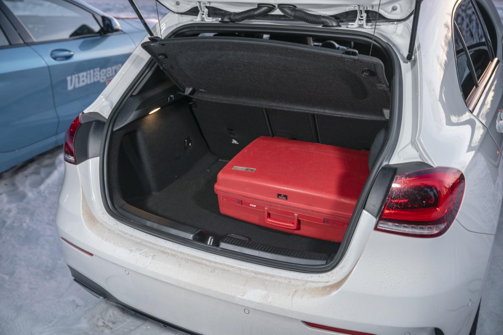 Mercedes: Lägst lasttröskel, bredast både mellan hjulhus och öppning gör A-klass till den mest lättlastade i trion.
