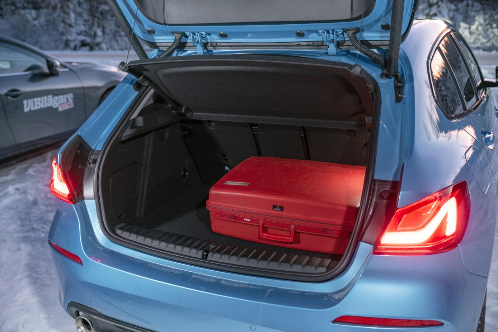BMW: Kortast lastgolv men störst volym enligt VDA-normen (380 liter). Med drivhjulen fram ges en stor lastbalja under bagagegovlet.