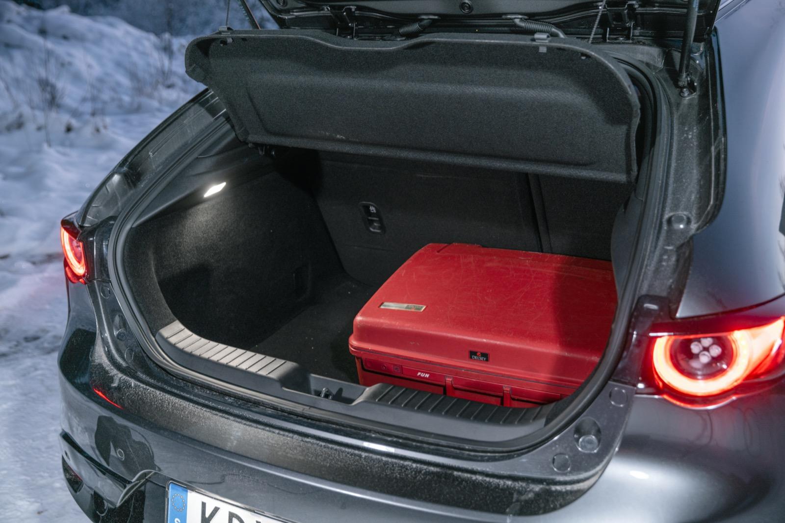 Mazda: Hög lasttröskel både i – och ur – bagaget i Mazda. Minst antal lastliter (358) men sväljer lika många backar som Mercedes.