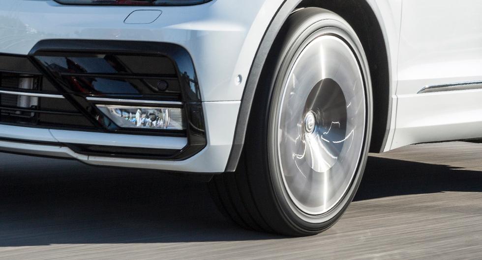 Stora hjul och låga breda däck ser snitsigt ut. Men det är också en trend som ökar det lågfrekventa kupébullret.