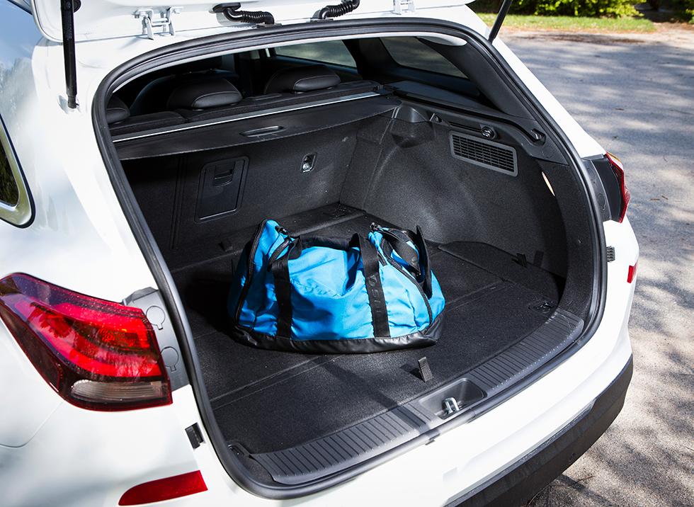 Hyundai: Lastgapen i Hyundai och Kia är nästan identiska, men testets i30 var i en utrustningsversion som saknar eldrivning av bakluckan. Vi fick heller inte in lika många drickabackar i Hyundai som i Kia. Massor av praktiska fack under golvet.