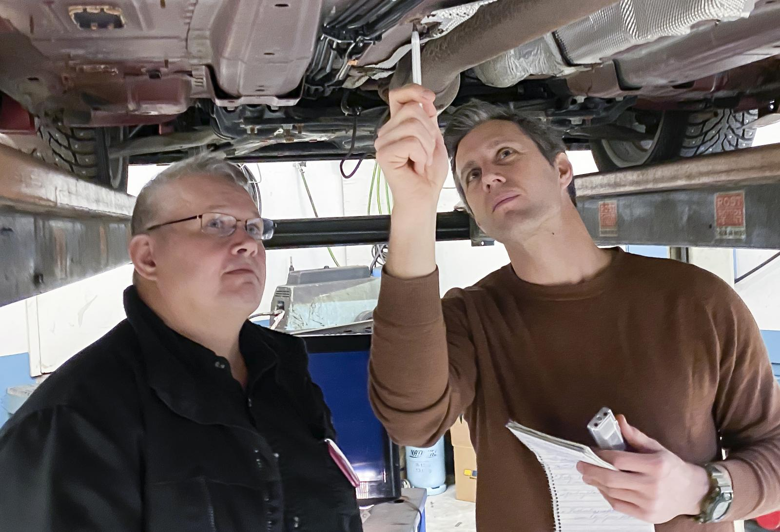 Rostskyddsexpert Thomas Widström och bilreporter Klas Skarin konstaterar att värmesköldens fästen rostat bort av galvanisk påverkan.