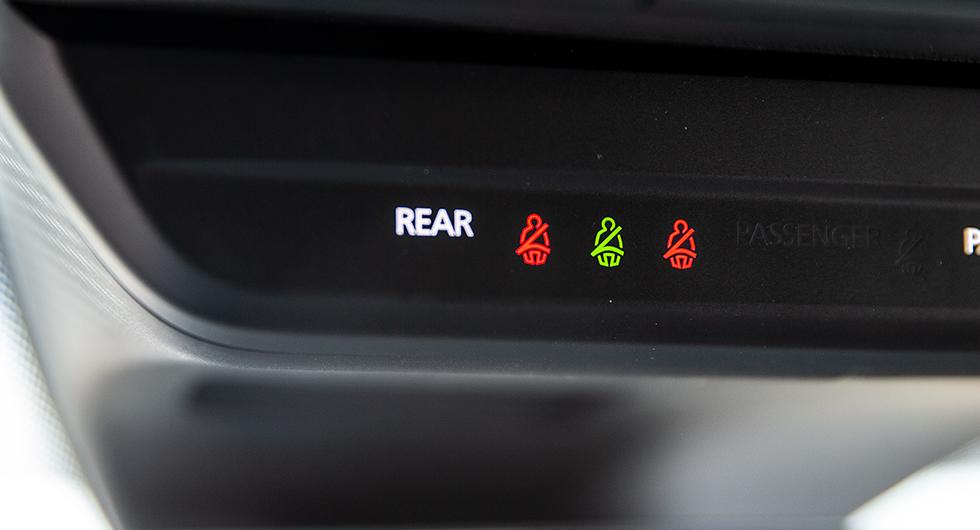 Baksätet i Mazda har bältespåminnare som visas i taket.