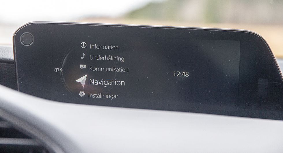 Mazda är ensamma om att hålla fast vid skärm som styrs med vred. Systemet fungerar enkelt och bra.
