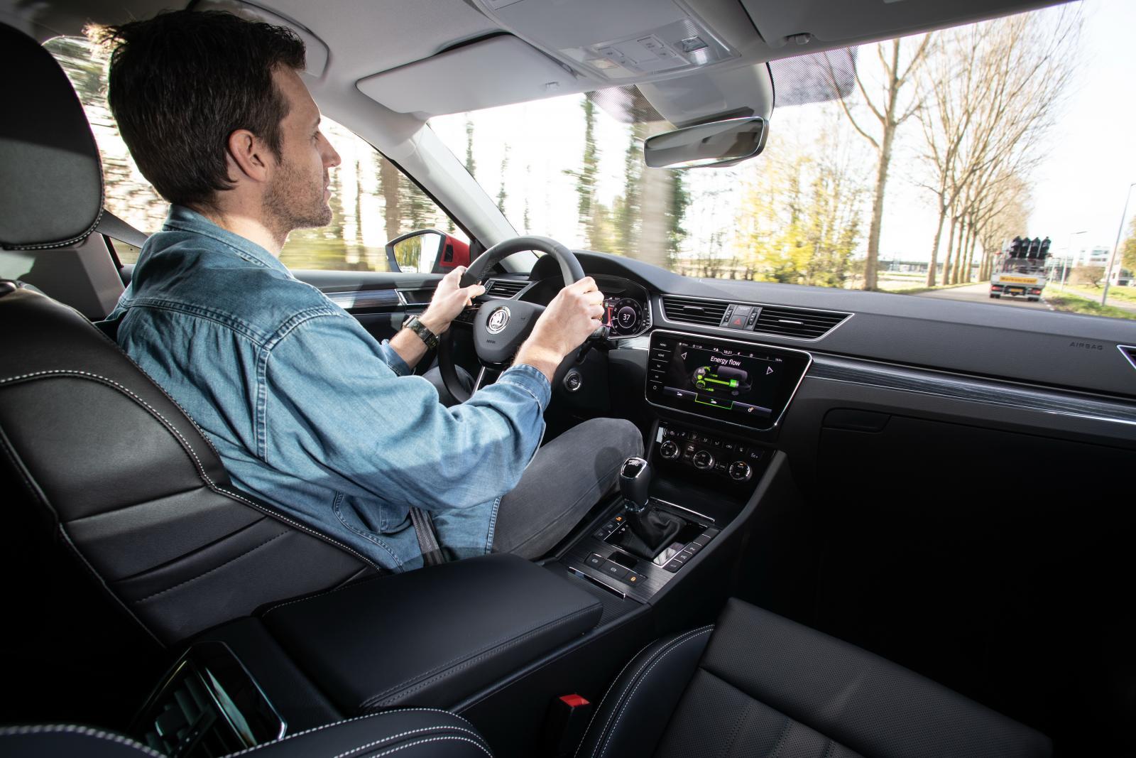 Väghållning och komfort är i toppklass i nya Superb Combi iV som har adaptivt chassi som standard.