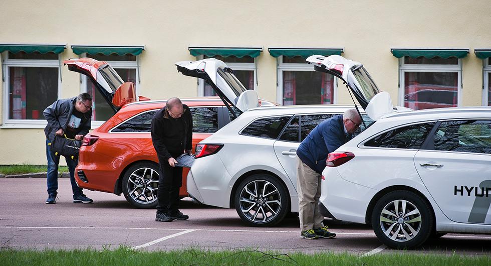 Tre gubbar i tagen med bagagetagningsförmågan: Kia sväljer mest, sedan Hyundai och sist Toyota.
