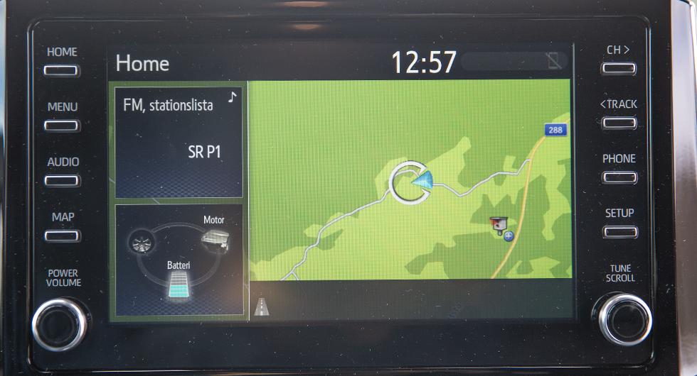 Toyotas infotainmentsystem är inte lätt att komma överens med. Knapparna runt skärmen hjälper inte till.