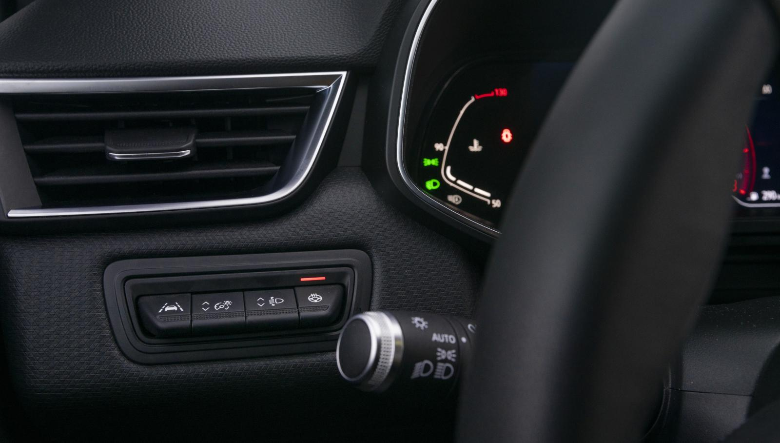Väl utformade knapptangenter vid sidan av ratten hör inte till vanligheterna men finns i Renault. Här ställs filbytesvarnare, instrumentbelysning, strålkastarhöjd och rattvärme in.