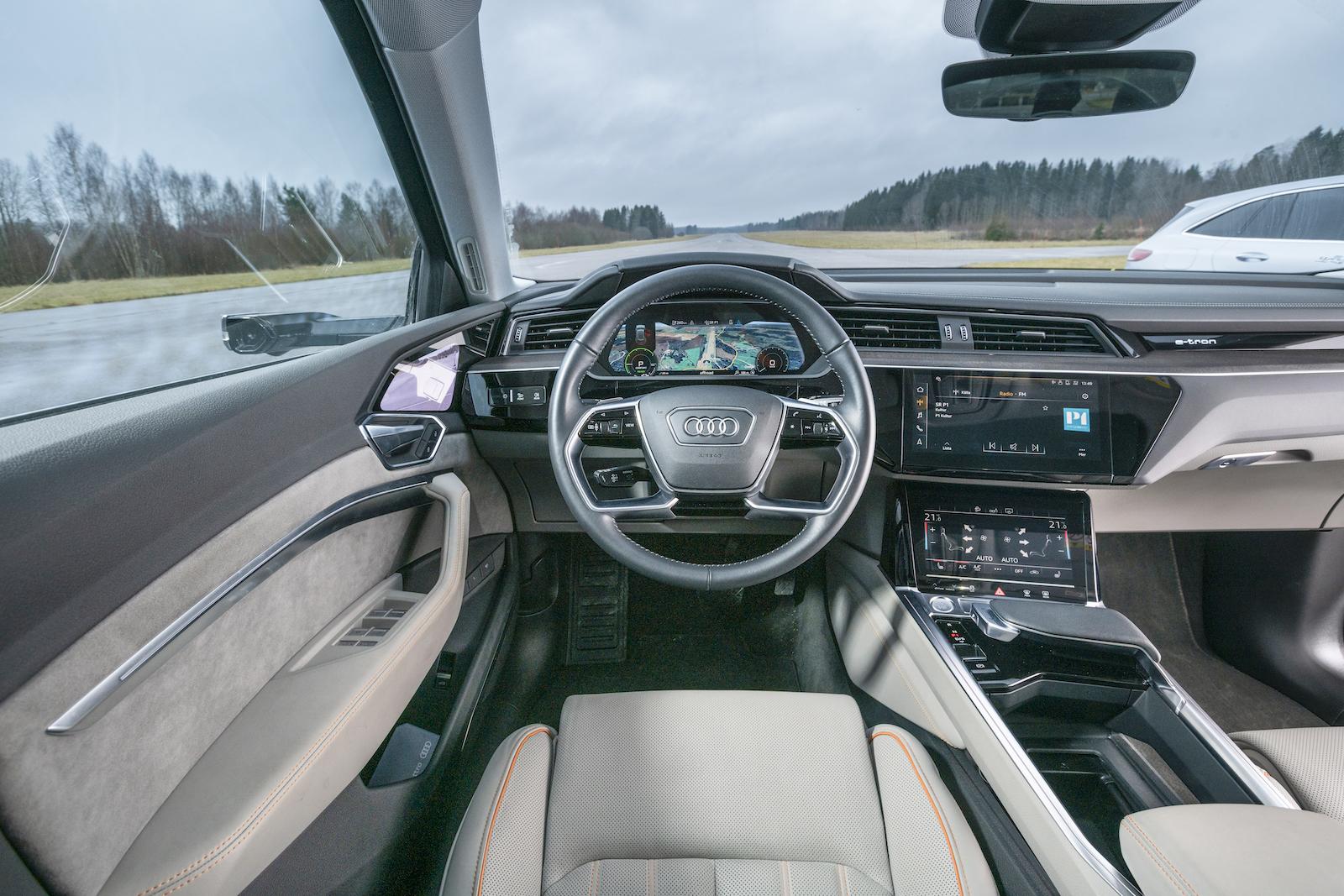 Audi: E-tron innebär inga större avsteg från Audis formspråk. Ergonomiskt vettigt och logiskt uppbyggt men kanske förväntar sig elbilskunder mer?