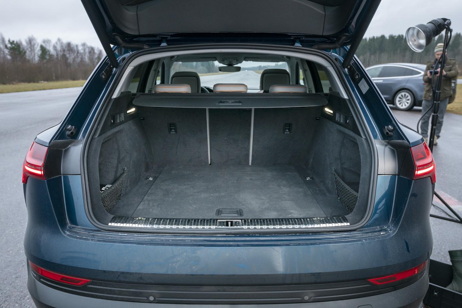 Audi: Mer än dugligt bagageutrymme. Under lastgolvet finns ett större utrymme för mindre pinaler och plock. Bagageutrymmet belyses från båda sidor, bra med ljus så länge bagaget inte täcker LED-slingorna. En bättre placering är i C-stolparna. Lampa i bagageluckan hjälper dock. Fällning i 40/20/40.