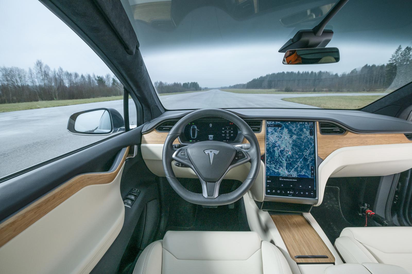 Tesla: Model X lånar instrumentpanelen från Model S. Instrumentkluster framför föraren. Tillskillnad från Model 3 finns här fysisk spak för vindrutetorkare.