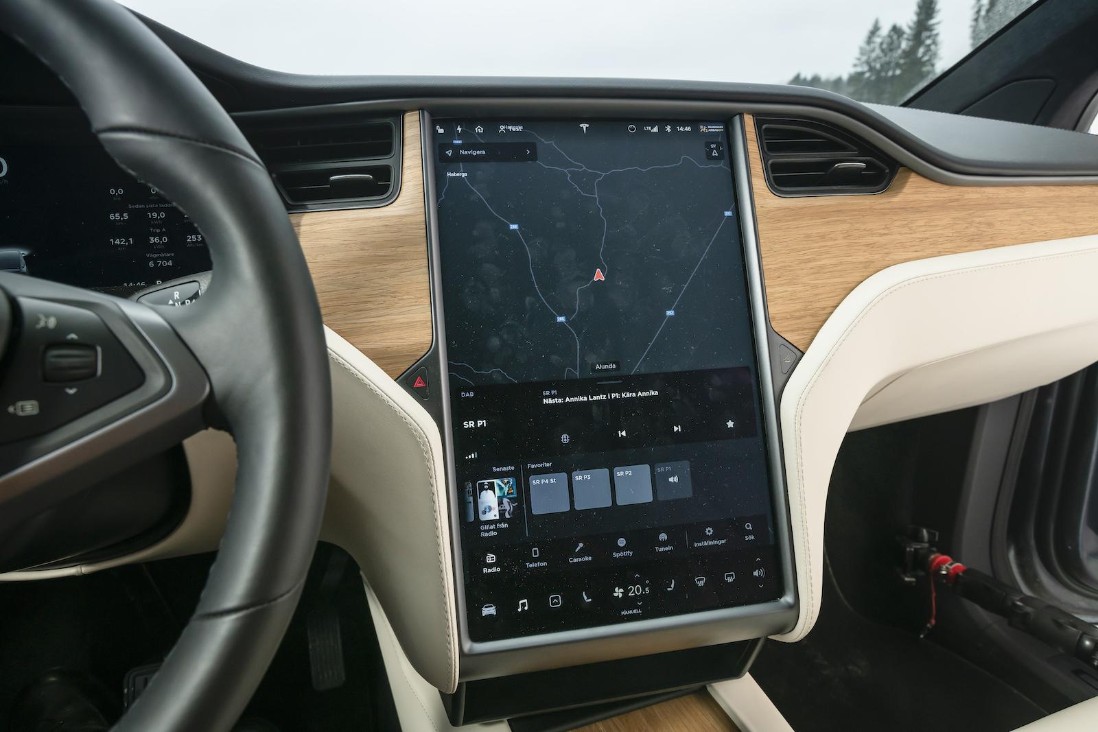 Tesla: Storleken gör det enkelt och överskådligt att sköta bilens funktioner, men inlärningskurvan är brant.