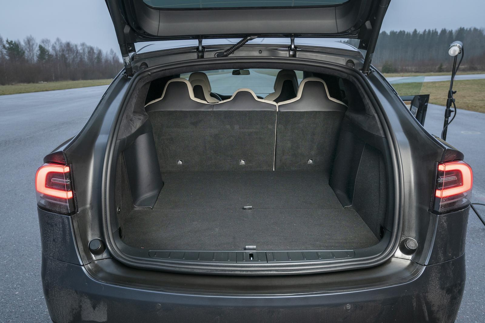 Tesla: Ensam om dubbelt lastgolv, med golvet på plats blir lastytan plan vid fällt säte. Trots den kraftigt sluttande bakrutan sväljer Model X 48 läskebackar, ytterligare två om det främre lastutrymmet räknas in. Två lastsäkringsöglor men fler behövs för att säkert kunna använda bilens förträffliga lastkapacitet.