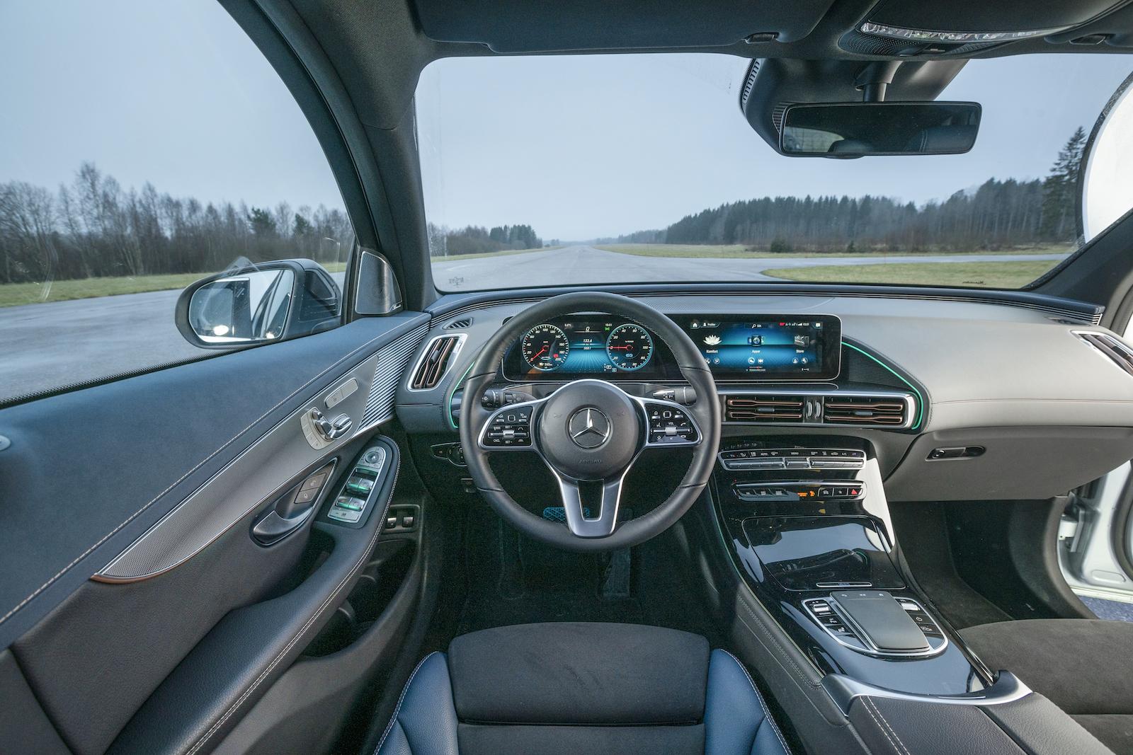 Mercedes: Sober förarmiljö, men kvalitetskänslan övertygar inte. Det knarrar om dörrsidan och mittkonsolens lucka känns påtagligt billig.