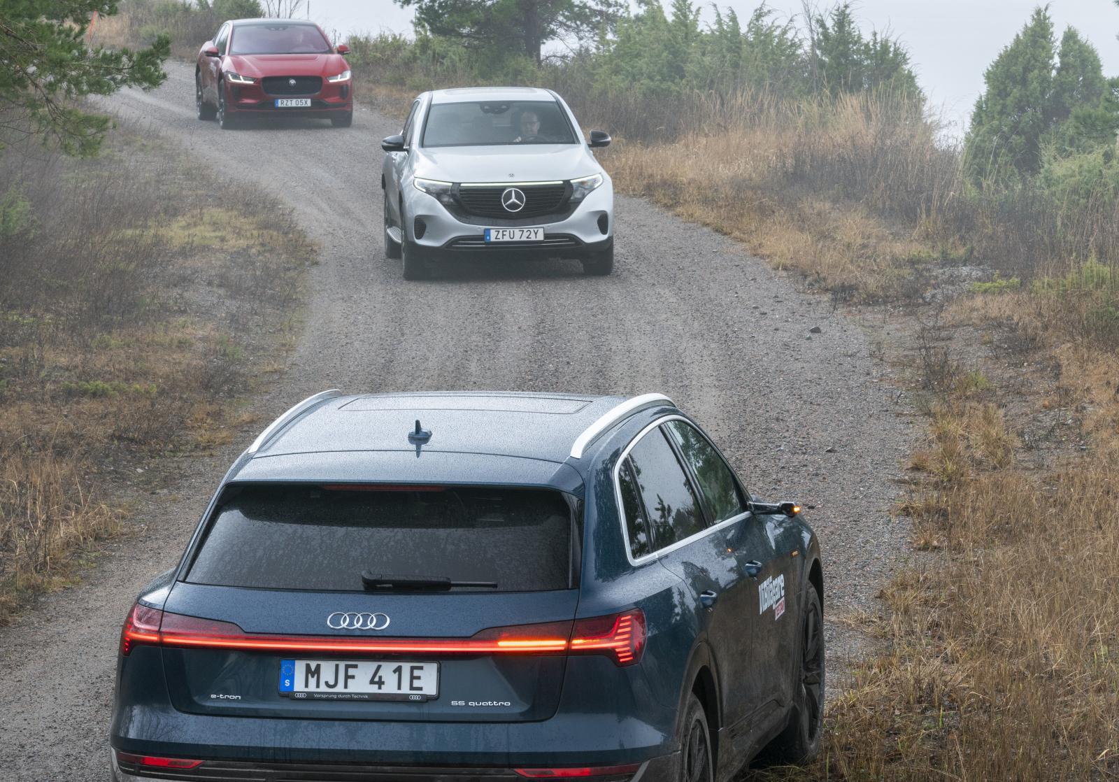 """Trots att det är plusgrader i luften avger biotestsjön dimslöjor värdiga John Bauer. Audi är lackad i  """"Galaxblå metallic"""". Mercedes """"High-tech silver"""". Jaguar """"Firenze Red""""."""