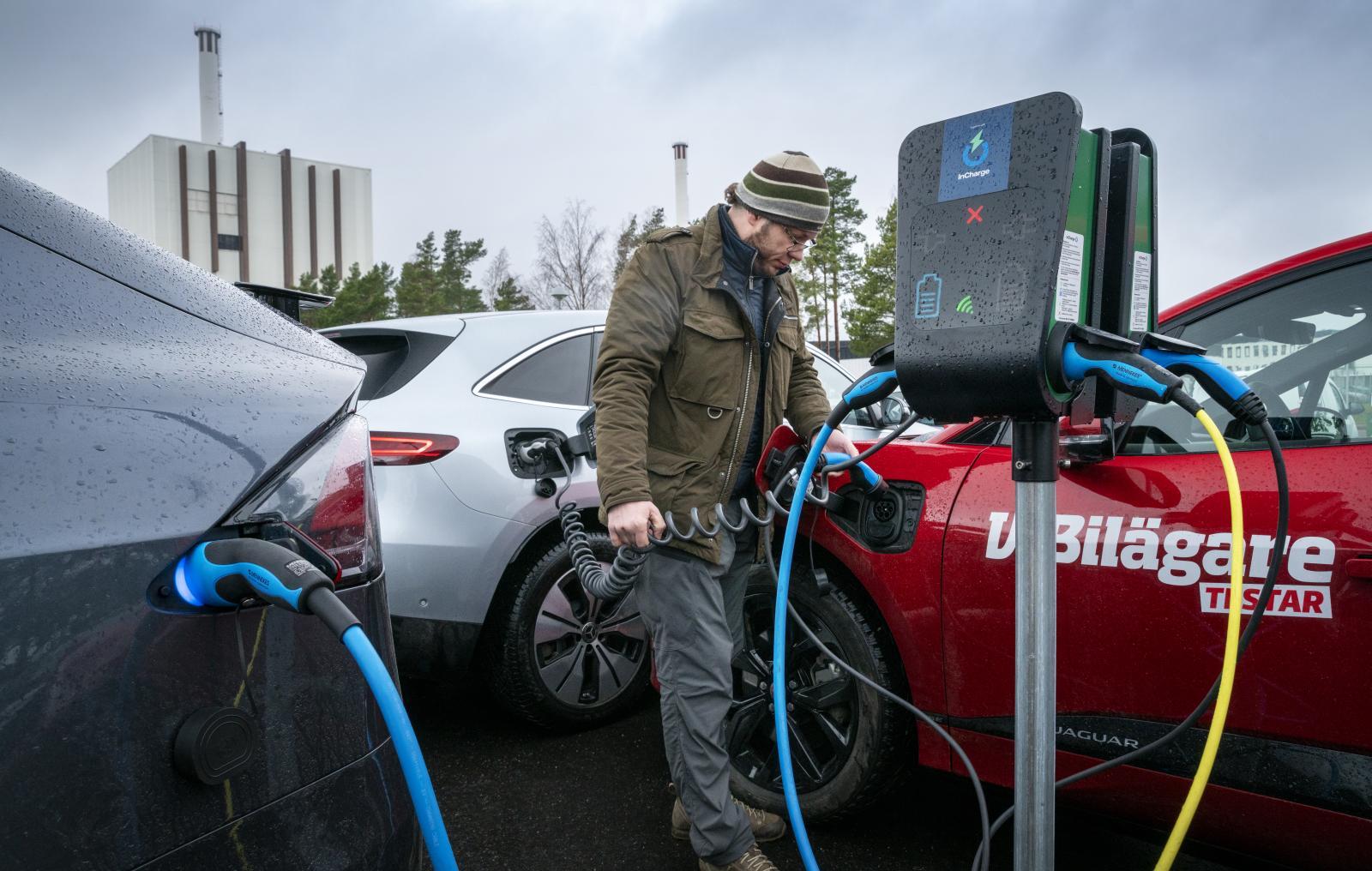 """""""Powered by Forsmark."""" På personalparkeringen växer en skog av laddstolpar. Hade det varit möjligt att leda effekten från elfabriken rakt in i batteripaketet på Tesla Model X skulle en fulladdning ta strax över en tiondels sekund – snabbladdning på riktigt!"""