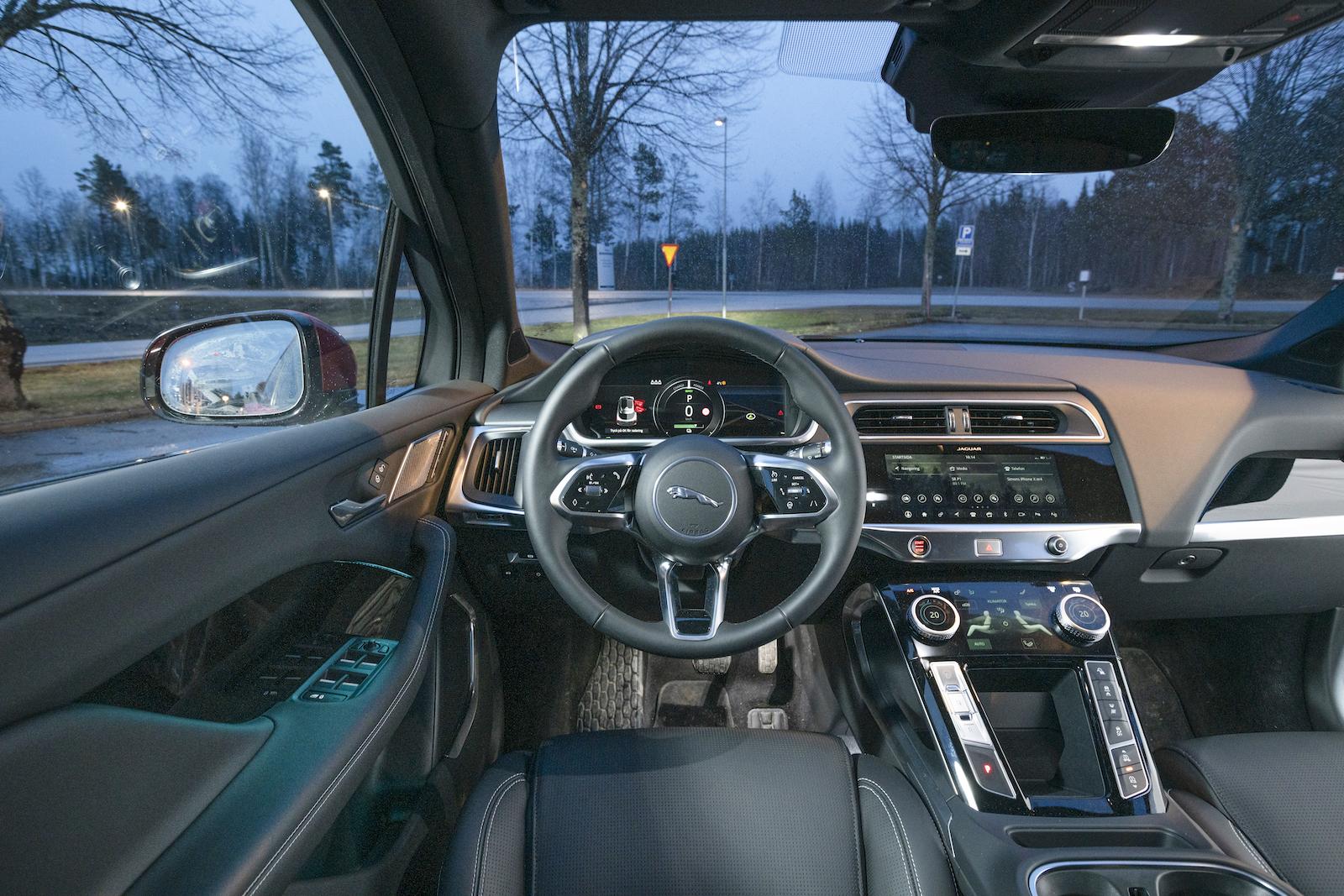 Jaguar: I-Pace har ett eget anslag jämfört med märkessyskonen. Onödigt prångigt och plockigt, den nedre mediaskärmen är avigt placerad.