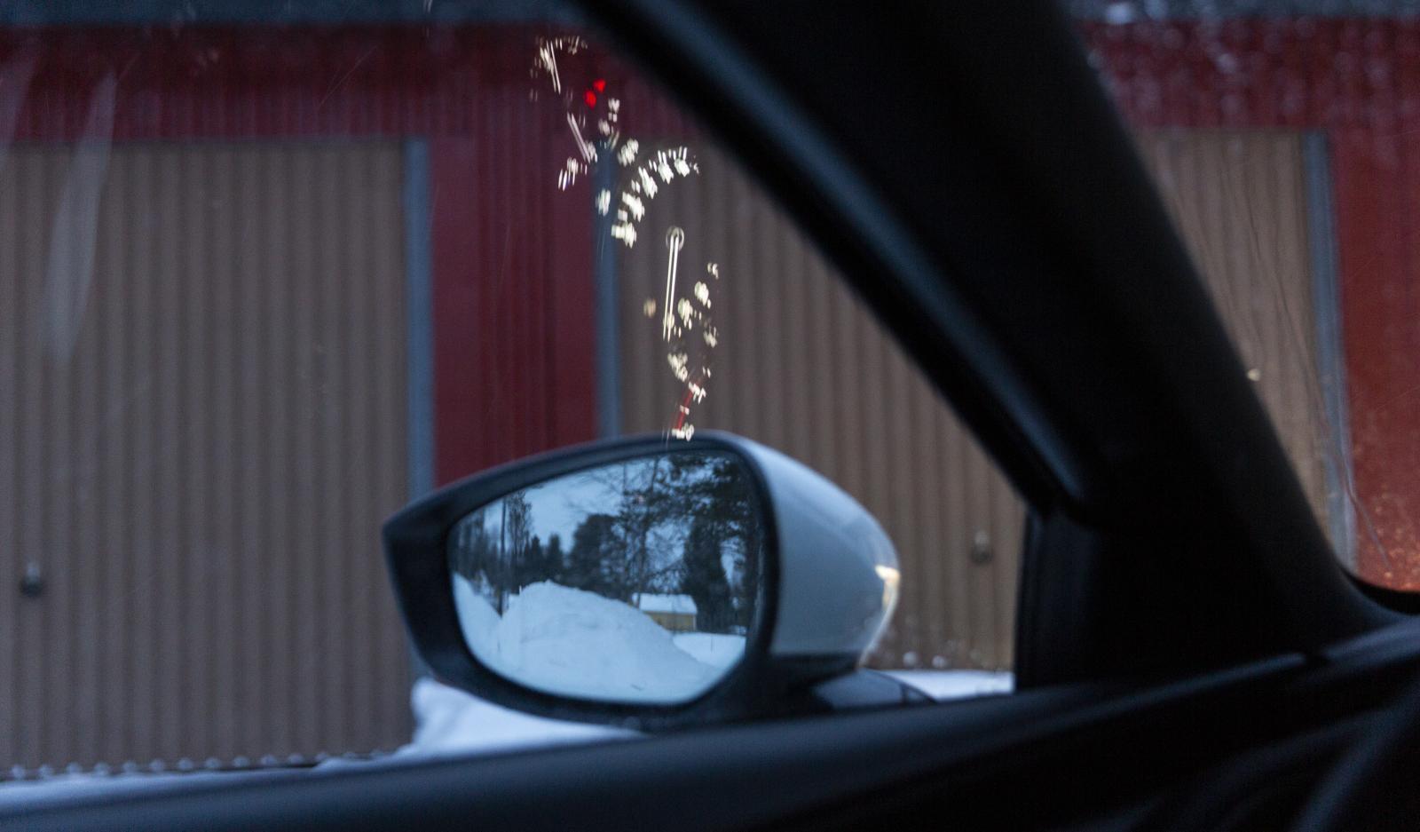 I Mazdas sidorutor speglas dessutom mätartavlornas sken och irriterar sikten. Samma fenomen finns i Toyota Corolla men inte i de övriga tre testbilarna.