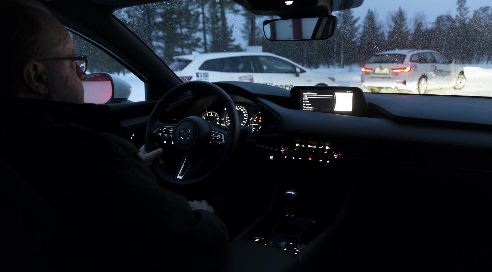 Mazdas kupé är alldeles svart i vår bil och känns som en kolkällare när mörkret faller på. Det finns inga ljuspunkter som lättar upp, utöver instrument- och reglagefunktionerna.