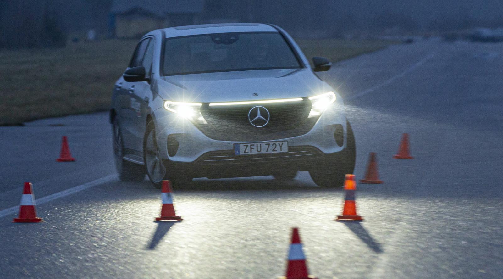 När vinterkylan håller sig på avstånd öppnar det för undanmanöverprover men testbilarnas vinterdäck är för mjuka för att ge ett rättvisande resultat. Bilarna understyr ur konbanan i låg hastighet.
