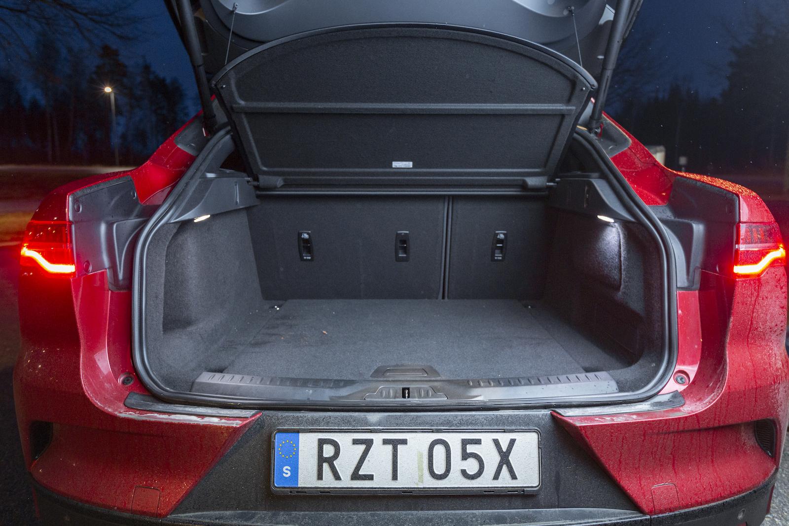Jaguar: Prydligt bagageutrymme. Baksätet fälls i 60/40 och likt i Audi blir lastytan inte helt plan, det straffar sig storligen när läskbackarna ska lastas in. Mindre justeringar av bagageutrymmets sidor skulle ge I-Pace ytterligare 3–4 backar. Under lastgolvet finns mindre fack.