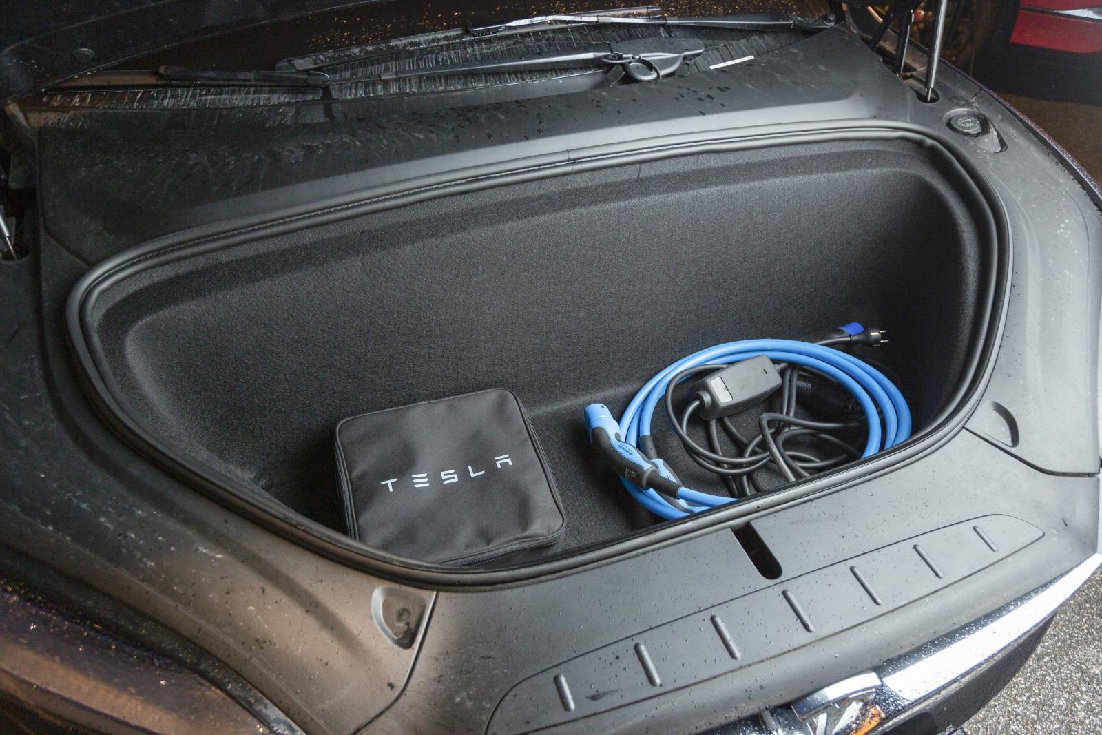Stort främre lastutrymme i Tesla.