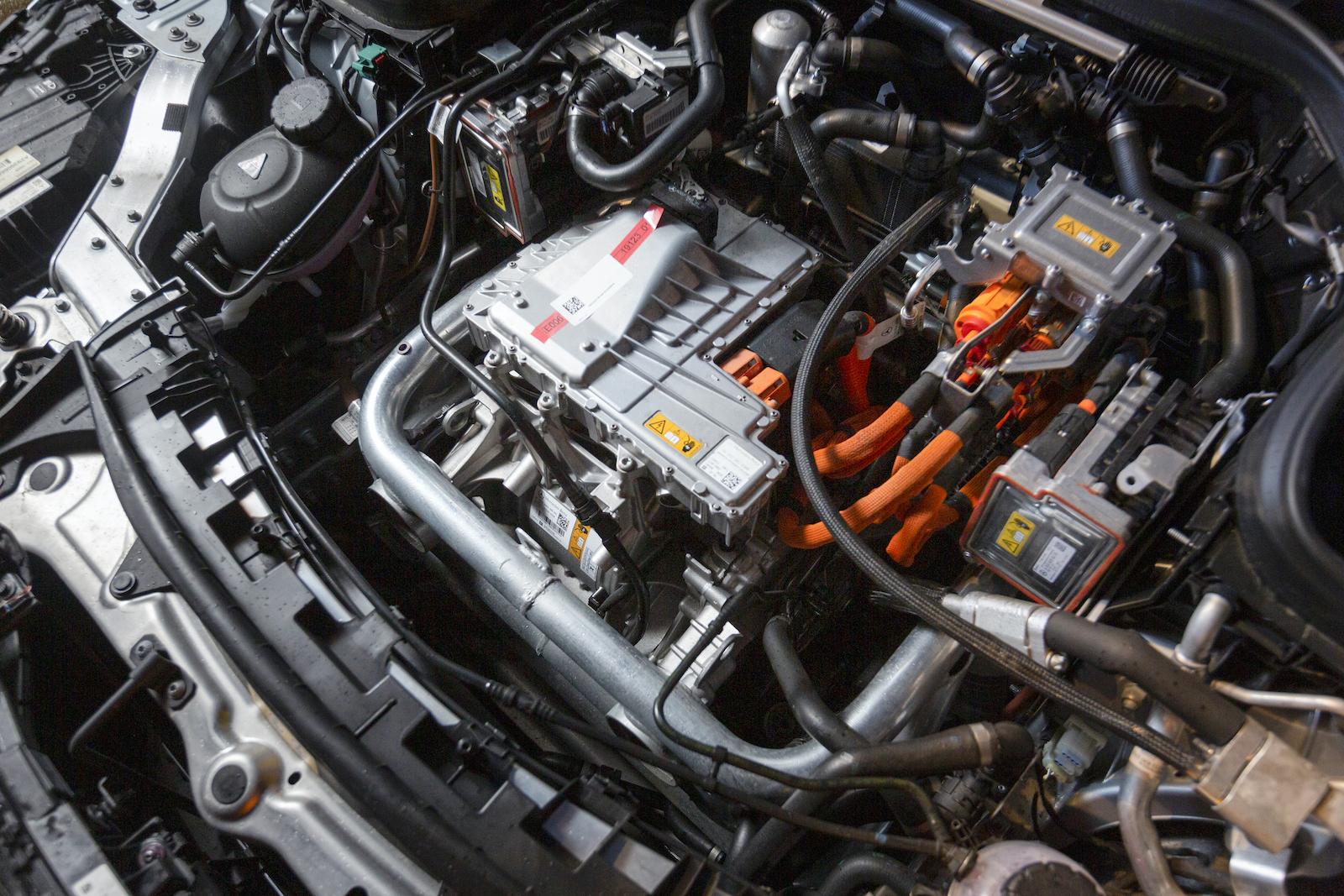 Mercedes saknar främre bagageutrymme. Motorn täcks normalt av en plastkåpa.