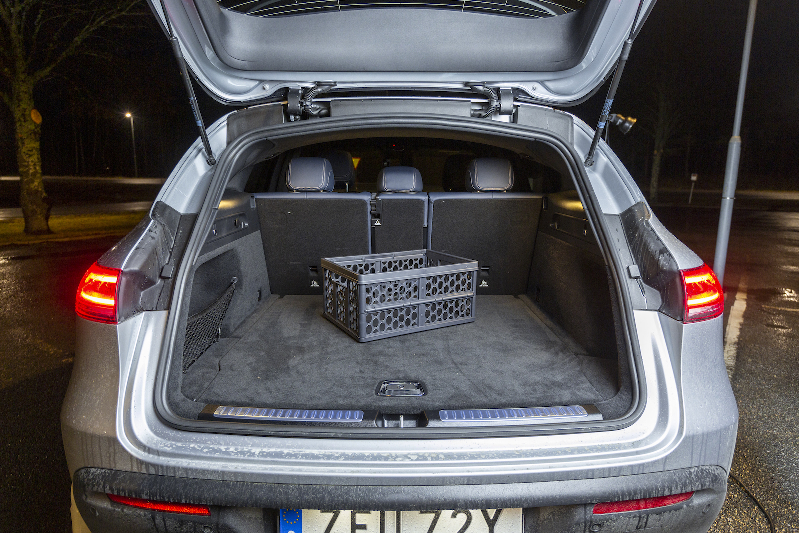 """Mercedes: Den hopfällbara lastbacken ryms under bagagerumsgolvet, där finns även en hopfällbar """"stoppkloss"""" som extra säkerhet vid däckskifte då elbilar inte har någon transmission som """"håller emot"""" om den elektriska handbromsen skulle fallera. Baksätet fälls från bagageutrymmet i 40/20/40."""