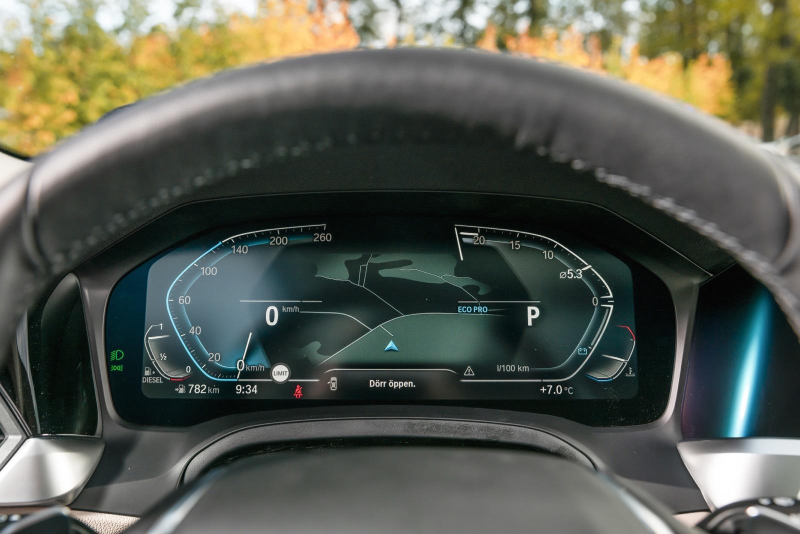 BMW: 12,3-tums digitalt instrumentkluster kommer med Connectedpaketet och har den elegantaste designlösningen i trion. God avläsbarhet.