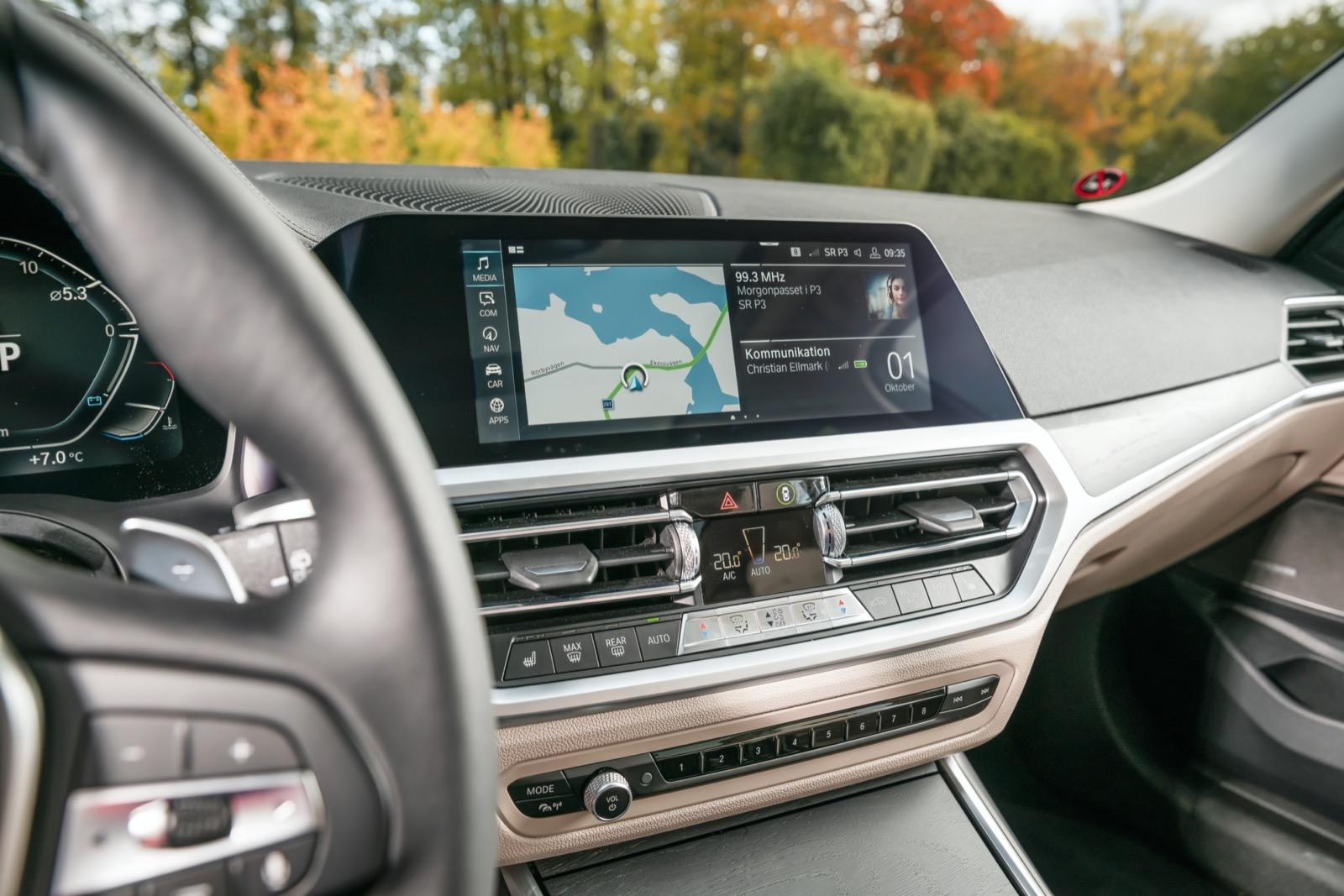 BMW: Traditionellt liggande format. Telefonspegling kostar extra men fungerar trådlöst. Geststyrning – vifta med händerna framför skärmen – kostar 3100 kr.