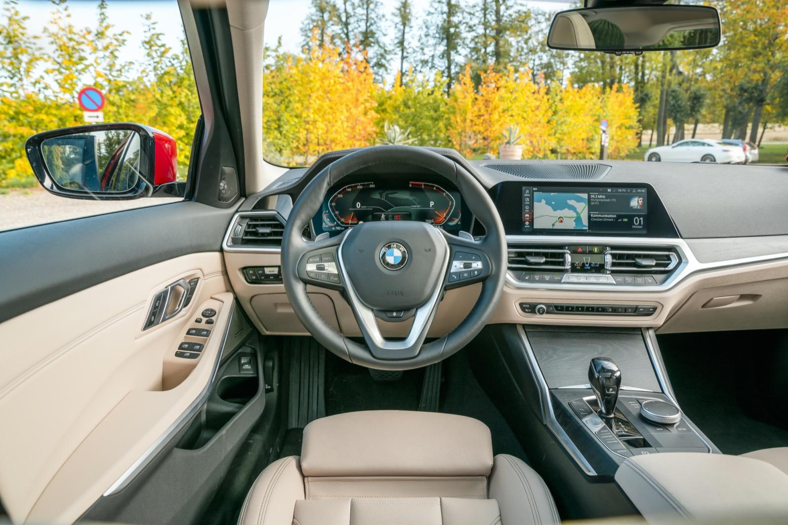 BMW har bäst justermån på ratten som går att få föredömligt nära föraren. 3-serien har kvar menyvred och genvägar på mittkonsolen – en bra lösning.