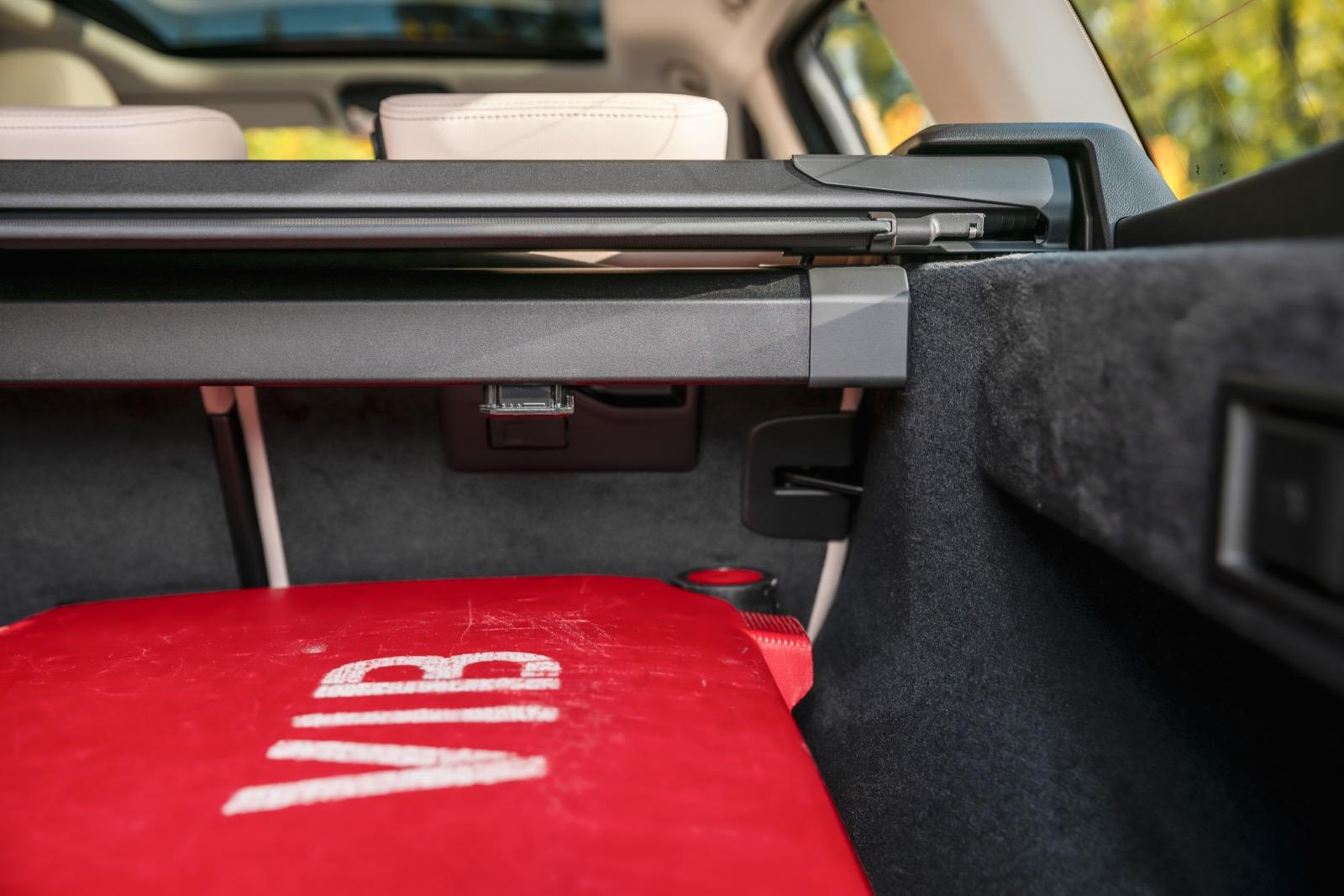 BMW: Lastnätet har stora stålklumpar (för fastsättning på ryggstödet vid fällt baksäte) som tar irriterande stor plats från lastutrymmet.