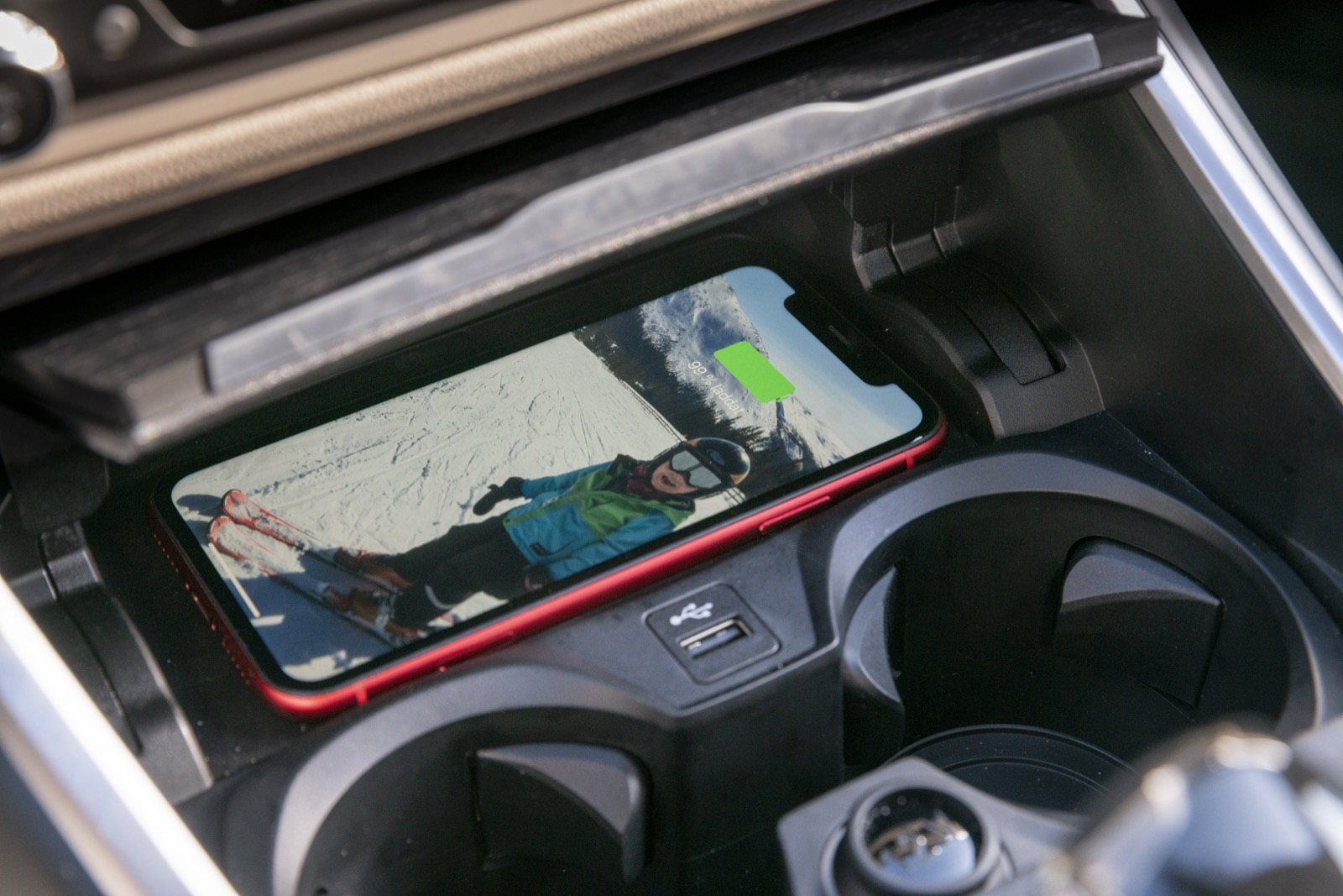 Trådlös mobilladdning i BMW och VW, men inte till Volvo.